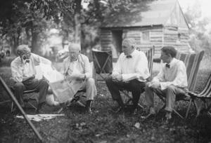 Henry Ford, Thomas Edison, Warren Hardin (presidente dos EUA) e Harvey Firestone trocando uma idéia. O que será que conversavam?